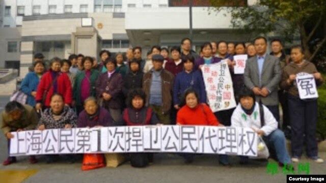 上海访民12月5日在上海法院前抗议法院剥夺公民代理权 (维权网)