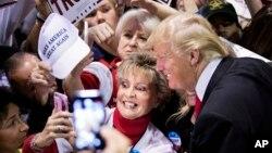 도널드 트럼프 미 공화당 대선 후보가 21일 애틀랜타에서 열린 유세에서 지지자들과 사진을 찍고 있다.