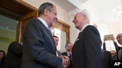세르게이 라브로프 러시아 외무장관(왼쪽)이 13일 모스크바를 방문한 스태판 미스투라 시리아 유엔 특사와 회동했다.