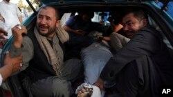 Gia đình một nạn nhân thiệt mạng trong vụ đánh bom ở Kabul.