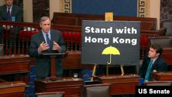 Senator Jeff Merkley memberi kata pengantar mengenai RUU Hak Asasi dan Demonstrasi Hong Kong, 21 November 2019.