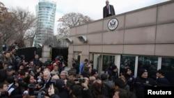Dubes AS untuk Turki Francis Ricciardone berbicara di hadapan media di luar Kedubes AS di Turki setelah insiden bom bunuh diri di Kedubes tersebut (1/2/2013)
