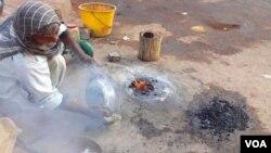 کراچی: برتنوں پر قلعی کرنے کا کام کیا جارہاہے