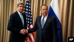 El secretario de Estado, John Kerry, estrecha la mano de su homólogo ruso, Serguei Lavrov, al final de una discusión bilateral sobre la situación en Ucrania.