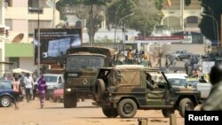 Tentara Perancis berpatroli di dekat istana kepresidenan di Bangui, Republik Afrika Tengah (31/12). Meskipun Presiden Francois Bozize menawarkan untuk membentuk pemerintah kesatuan, koalisi Pemberontak Afrika Tengah (Seleka) tetap tidak mencabut ancaman mereka untuk menyerang ibukota.
