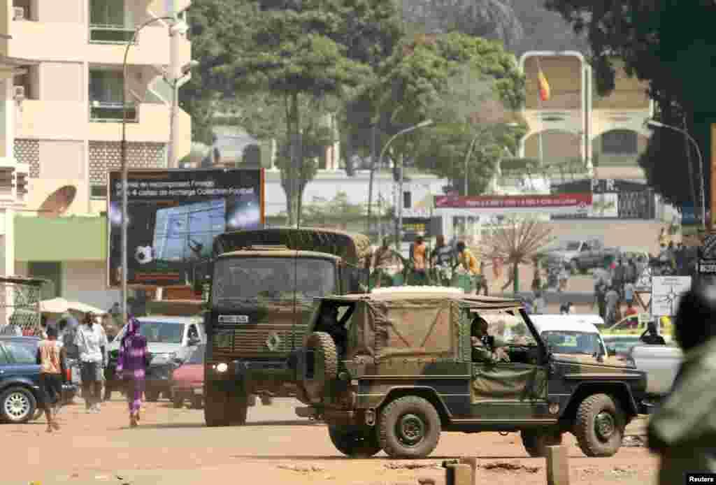 Des soldats français en patrouille près du palais présidentiel centrafricain à Bangui.