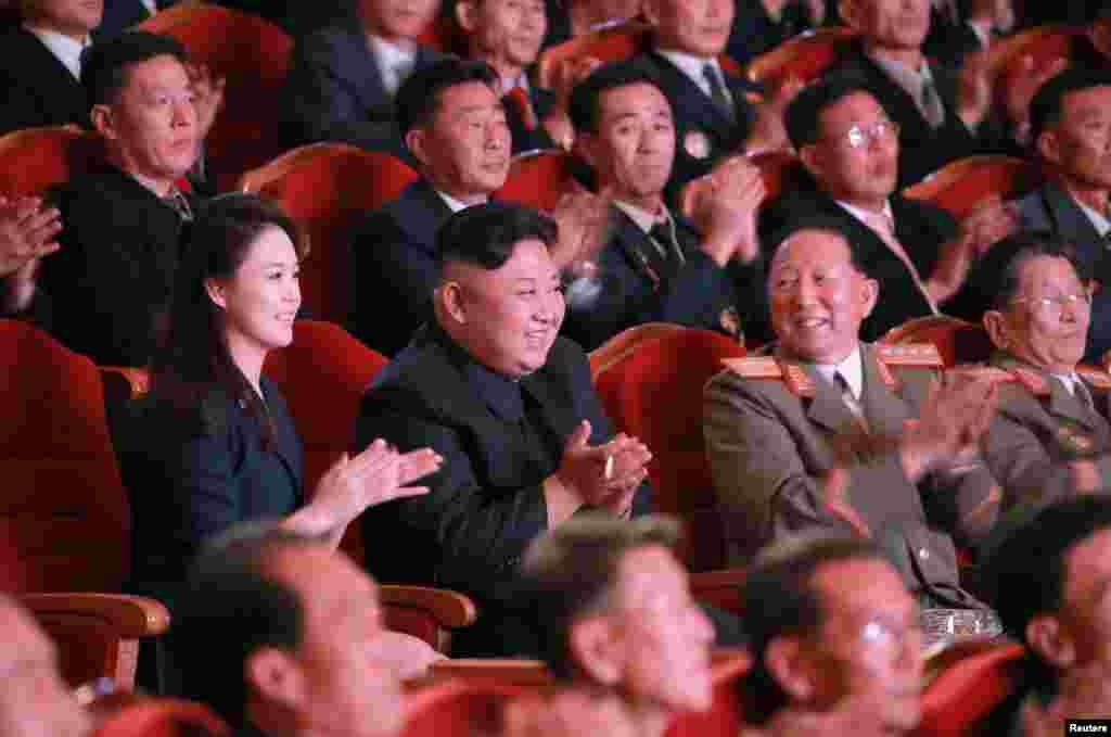 북한이 수소탄시험 성공을 기념하기 위해 마련한 축하연에 김정은 국무위원장(가운데)과 부인 리설주(왼쪽)가 참석해 공연을 관람하고 있다.
