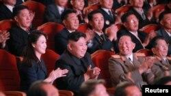 朝鲜中央通讯社(KCNA)在2017年9月10日发布的这张未注明日期的照片中,朝鲜领导人金正恩在北韩为核科学家和工程师举办的庆功会上。