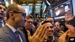 El CEO de Twitter, Dick Costolo (izquierda) y otros ejecutivos de la empresa celebran su lanzamiento en la Bolsa de Valores de Nueva York.