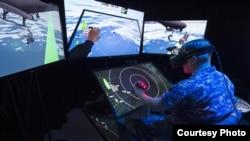 一名美國海軍上尉體驗美國海軍的混合現實實驗室(圖片來源: US Navy)