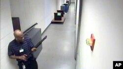 Dari video yang dirilis FBI, tampak pekerja kontrak Aaron Alexis dengan membawa senjata saat melakukan serangan di markas AL Amerika di Washington DC (foto: dok).