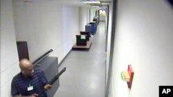 2013年9月16日枪手亚纶•亚历克西斯在海军大院的楼房里