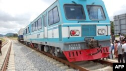 A picture taken on September 20, 2012 in Abuja shows a train at standstill on a track under construction at the building site of the Abuja light rail project.