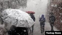 28일 서울 서대문구 서대문형무소역사관을 찾은 시민들이 쏟아지는 눈을 맞으며 걸어가고 있다.