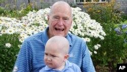El expresidente George Herbert Walker Bush posa rapado con Patrick, quien padece de leucemia.