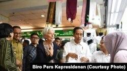Presiden Joko Widodo mengajak Direktur Pelaksana IMF Christine Lagarde blusukan di pasar Tanah Abang. (Foto: Biro Pers Kepresidenan)