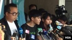 Tiga aktivis: Joshua Wong, Nathan Law dan Alex Chow dijatuhi hukuman penjara di Hong Kong, Kamis (17/8).