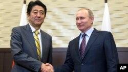 지난 5월 러시아 소치를 방문한 아베 신조 일본 총리(왼쪽)가 6일 블라디미르 푸틴 러시아 대통령과 회담했다. (자료사진)