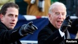 Phó tổng thống Joe Biden (phải) và con trai ông- Hunter Biden.