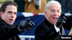 资料照:美国前副总统拜登与儿子亨特·拜登(左)