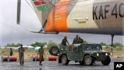 Wanajeshi wa Kenya wakijipanga kutia mafuta kwenye helikopta ya kusafirisha vifaa katika uwanja wa ndege wa Garrisa karibu na mpaka kati ya Kenya na Somalia Oktoba 18, 2011.