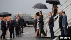 Tổng thống Obama và Đệ nhất phu nhân Michelle bước đến gần Ngoại trưởng Cuba Bruno Rodriguez khi họ đến sân bay quốc tế Jose Marti ở Havana, ngày 20 tháng 3, 2016.