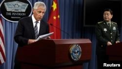El secretario de Defensa, Chuck Hagel (Izq.) dijo que Egipto debe dar pasos inmediatos hacia la reconciliación, en una reunión con su homólogo chino el General Chang Wanquan.
