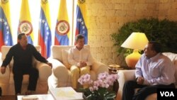 Para sorpresa de muchos, el presidente hondureño, Porfirio Lobo (derecha), estuvo en parte de la reunión.