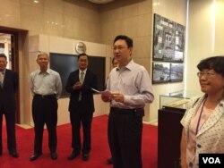 台湾行政院发言人童振源与驻台外媒记者举行茶叙。2012年5月20日,原台湾行政院新闻局被裁撤,改为在行政院本部内设立发言人办公室。
