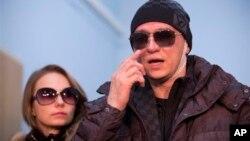 Сергей Филин с супругой Марией покидает больницу. Москва. 4 февраля 2013 г.