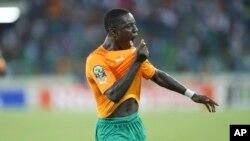 Max Alain Gradel wa Ivory Coast akishangalia goli lake dhidi ya Senegal