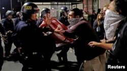 Un grupo cada vez más amplio tuvo algunos encontronazos con la policía como el de la foto en Oakland, California.