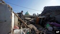 9일 인도네시아 휴양지 롬복 섬에서 발생한 5.9 규모의 지진으로 집들이 무너졌다.
