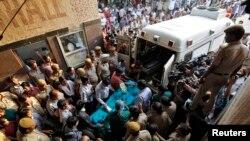 Nạn nhân vụ cưỡng hiếp được chuyển đến Viện Y khoa toàn Ấn Độ tại New Delhi, 19/4/2013
