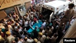 Seorang bocah berusia lima tahun korban perkosaan di New Delhi, dipindahkan ke Institut Ilmu Kedokteran India dari rumah sakit Swami Dayanand (19/4). Pihak berwenang India telah menangkap tersangka kedua pelaku perkosaan tersebut (22/4).