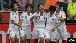 Striker Jepang Homare Sawa (tengah) disambut rekan-rekannya setelah mencetak gol ketiga dalam pertandingan grup B melawan Meksiko di Leverkusen, Jerman, Jumat (1/7).