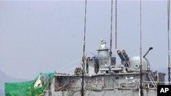 백령도 해상에서 바지선에 탑재하기위한 운반중인 천안함 함미(자료사진)