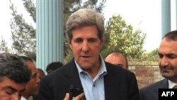 Thượng nghị sĩ Hoa Kỳ John Kerry nói chuyện với các phóng viên tại Afghanistan