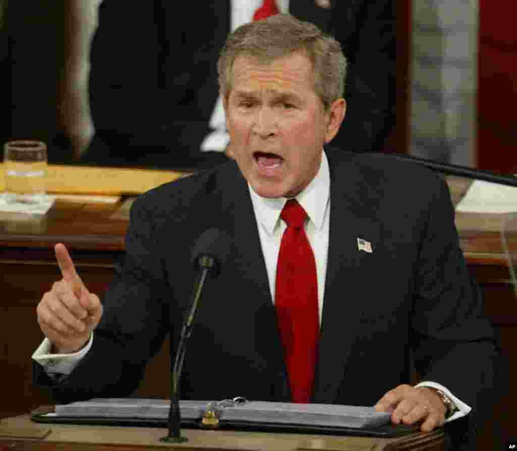 លោកប្រធានាធិបតី George W. Bush ថ្លែងសុន្ទរកថាស្តីពីស្ថានភាពប្រទេសជាតិនៅមុខសមាជិករដ្ឋសភាដែលមានវត្តមាននៅរដ្ឋសភាអាមេរិក កាលពីថ្ងៃទី២០ ខែមករា ឆ្នាំ២០០៤។ (AP/Ron Edmonds)
