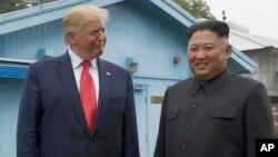 Дональд Трамп и Ким Чен Ын в демилитаризованной зоне. 30 июня 2019 г.