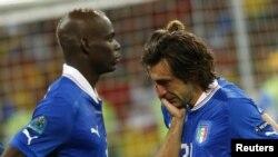 Anrea Pirlo, à droite, et Mario Balotelli deçus après la finale perdue de l'Euro 2012 face à l'Espagne au stade Olympic ed Kiev le 1er juillet 2012 REUTERS/Eddie Keogh (UKRAINE - Tags: SPORT SOCCER)