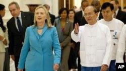 지난 12월 버마를 방문한 힐러리 클린턴 미국 국무장관(왼쪽)과 테인 세인 버마 대통령. (자료사진)