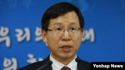 """김의도 한국 통일부 대변인이 3일 정부서울청사에서 새해 첫 정례브리핑을 통해 북한의 '남북관계 개선'을 언급한 신년사 내용과 관련, """"남북관계 개선 분위기를 언급했으나 그 진정성에 의구심을 가질 수밖에 없다""""고 정부 입장을 발표하고 있다."""