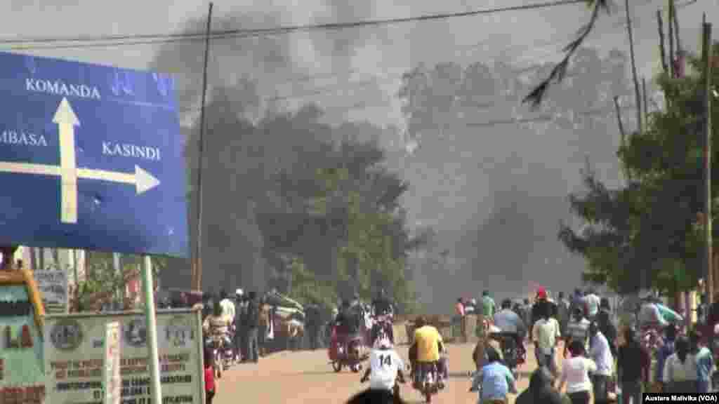 Waandamanaji katika njia kuu ya Beni kulaani mauwaji ya Kanali M. Ndala