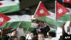 Người biểu tình hô khẩu hiệu và vẫy cờ trong một cuộc biểu tình ở Amman, Jordan, 24/3/2011