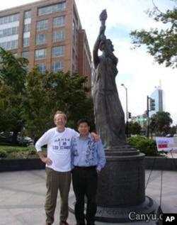 绝食活动总协调人杨建利与美国国家民主基金会主席卡尔.格什曼在华盛顿