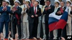 블라디미르 푸틴 러시아 대통령(가운데)이 9일 2차대전 승전 69주년 기념일을 맞아 크림반도를 전격 방문했다.