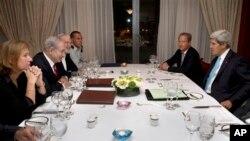 Israeli Prime Minister Benjamin Netanyahu, second from left, meets with U.S. Secretary of State John Kerry, at right, Jerusalem, June 29, 2013.
