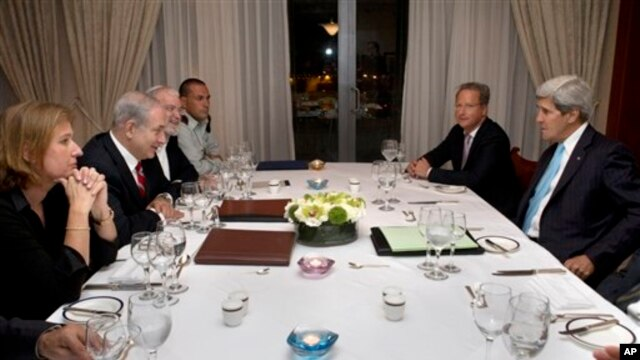 Israeli Prime Minister Benjamin Netanyahu, second from left, meets with U.S. Secretary of State John Kerry, at right, Jerusalem, June 29, 2013.