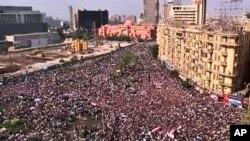 Umati wa watu waliojazana katika uwanja wa Tahriri mjini Cairo kwa maandamano ya amani Februari 1, 2011.